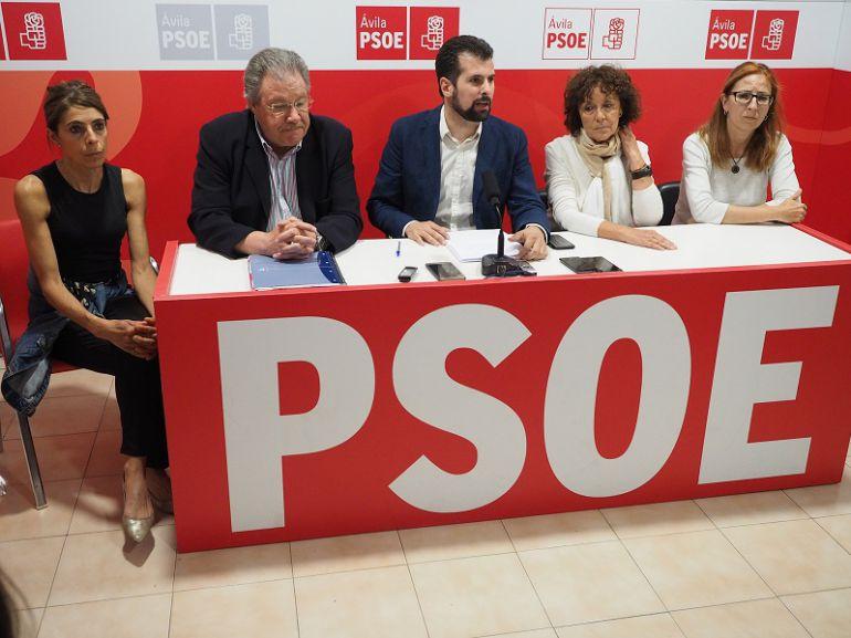 Luis Tudanca, en el centro, acompañado por algunos de los cargos del Partido Socialista de Ávila