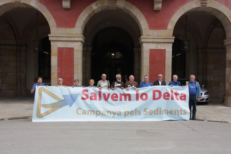 Pla general dels membres de la Campanya pels Sediments a les portes del Parlament de Catalunya.