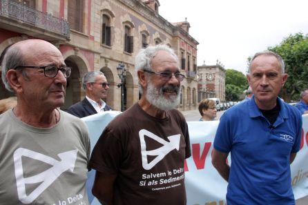 Pla mig dels membres de la Campanya pels Sediments Josep Juan, Josep Bertomeu i Manolo Tomàs a les portes del Parlament de Catalunya.
