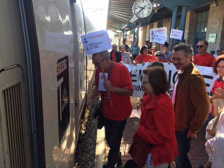 Activistes de Trens Dignes accedeixen a un Euromed a l'Aldea amb pancartes amb el lema #vullpagar.