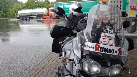Hoy también ha habido que refugiarse de la lluvia. Gasolinera danesa.