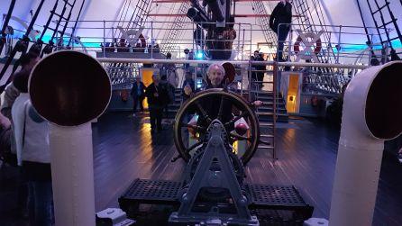 Al timón (El de verdad) del Fram. Bajo mi severo pilotaje, hubiera llegado Amundsen al Peloponeso