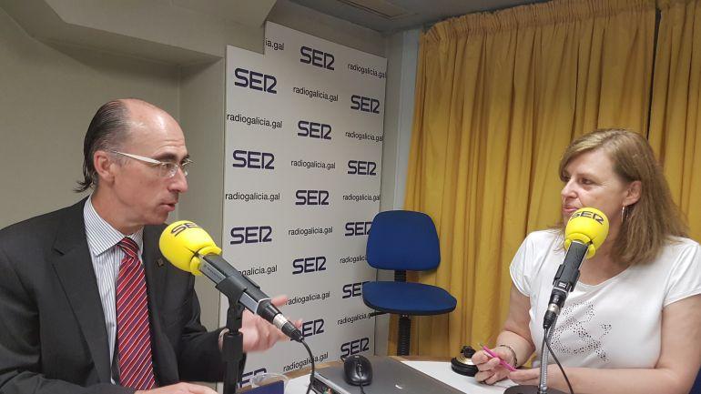 El conselleiro de Sanidade, Jesús Vázquez Almuíña, durante su entrevista en Radio Galicia, con Aida Pena.