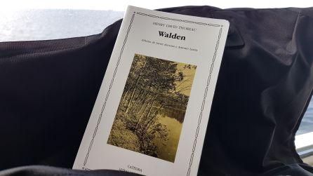 En el ferry he sacado de la bolsa el libro que me aconsejó mi amigo viajero Nacho Pamiés. Me he quedado frito antes de empezarlo, pero le hincaré el diente