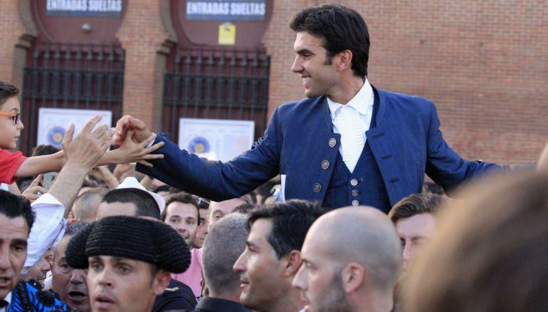 El rejoneador Sergio Galán sale por la puerta grande tras el trigésimo primer festejo de la Feria de San Isidro.