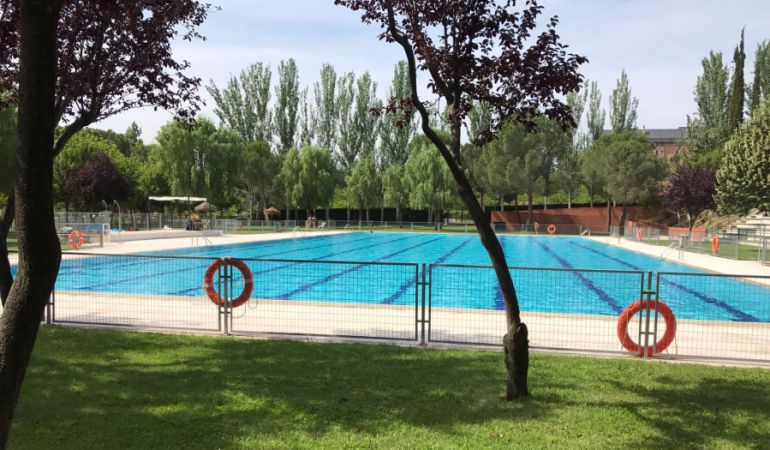 Ya es verano en la piscina municipal de foresta ser for Piscina 24 horas madrid