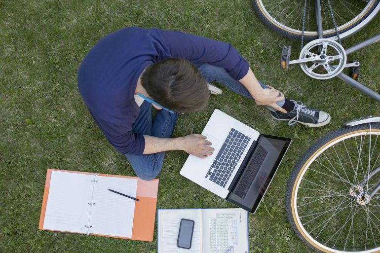 Estudiante en un campus universitario