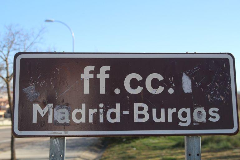 Antiguo cartel indicador de la línea férrea directa Madrid-Burgos