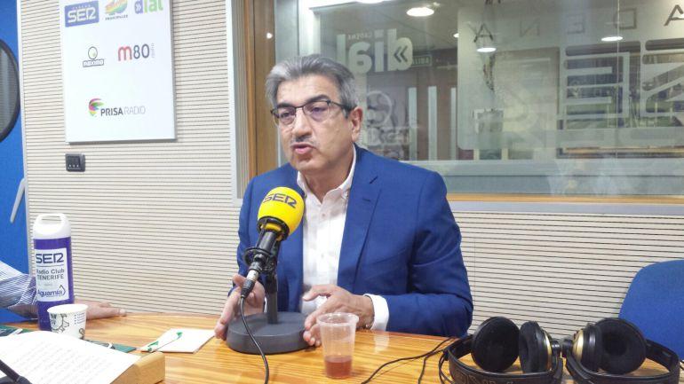El presidente de Nueva Canarias, Román Rodríguez, en los estudios de Radio Club Tenerife.
