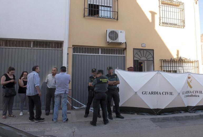 Agentes de la Guardia Civil, a las puertas del domicilio ubicado en Las Gabias (Granada), donde un hombre ha matado supuestamente a su expareja de 55 años con un arma de fuego y se ha entregado a la Guardia Civil. Los hechos se han producido sobre las 4.30 horas de esta pasada madrugada en la calle Bolivia de Las Gabias, desde donde el hombre identificado como A.B.T. y de 50 años, huyó en coche hasta Granada capital, donde luego se entregó en la comandancia de la Guardia Civil