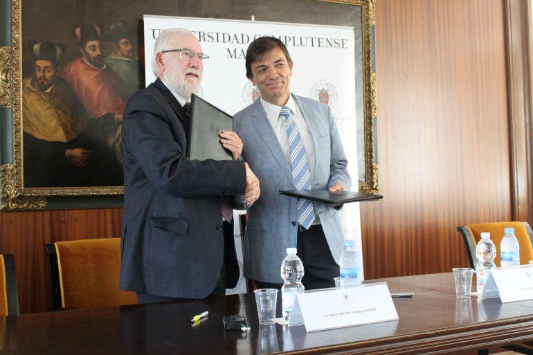 El rector de la UCM, Carlos Andradas, y el presidente de CEAR, Carlos Berzosa, tras la firma del convenio de colaboración