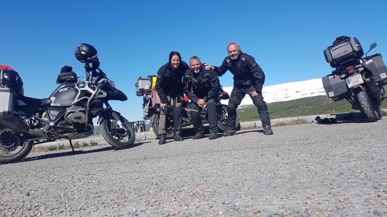 Con Jorge y Bea, majísimos viajeros madrileños de vuelta de Cabo Norte, con cosas muy chulas que contar. Me alegro de que nos hayamos cruzado.