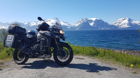 """El fiordo Lyngen, delimitado al norte por los """"Alpes Lyngen"""""""