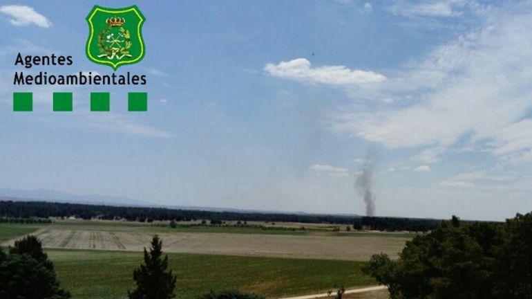 La columna de humo originada por el incendio puede verse desde varios kilómetros de distancia.