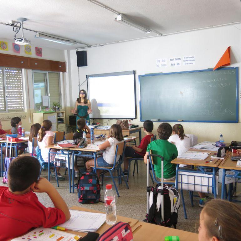 Alumnos asisten a clase