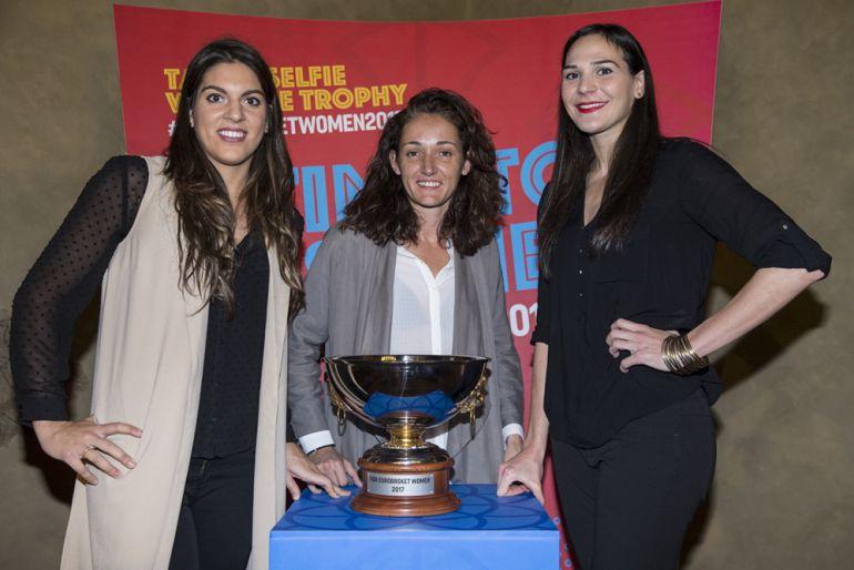 Marta Xargay, a la izquierda, y la copa del Eurobasket.