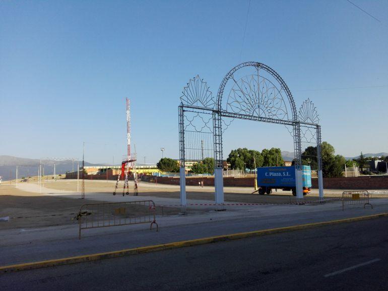 Ya está instalado el arco central de entrada al recinto ferial