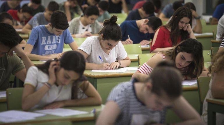 Varios estudiantes durante las pruebas de acceso a la universidad en una de las aulas habilitadas en la Universidad Politécnica de Valencia