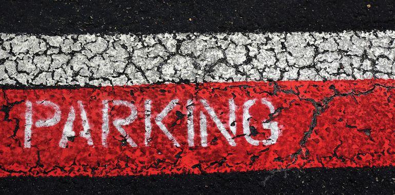 La gestión del aparcamiento es un tema que siempre encuentra voces a favor y detractores. Es lo que ocurrió al llegar la zona azul al puerto de Maó.