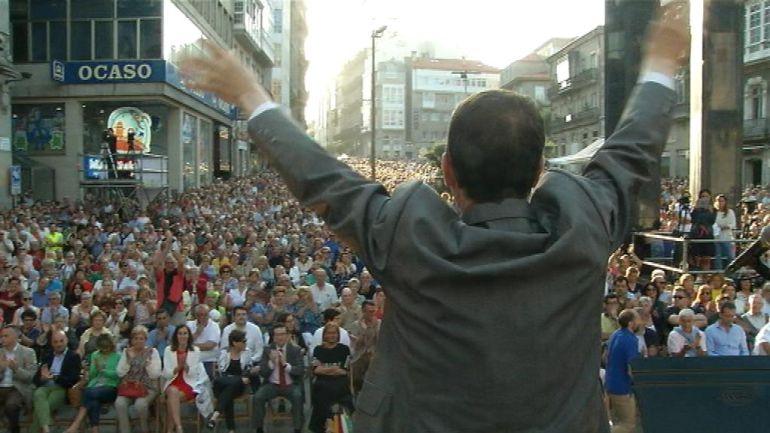 Caballero saluda al público asistente al concierto