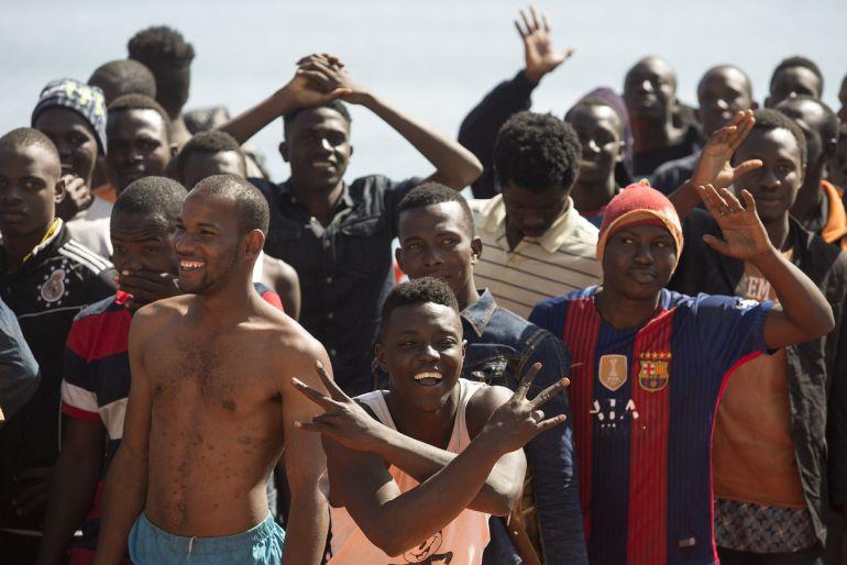 Algunos de las 94 inmigrantes que han llegado en la embarcación Guardamar Polimnia de Salvamento Marítimo al puerto de Málaga tras ser rescatados cuando viajaban en dos pateras por las cercanías de la isla de Alborán