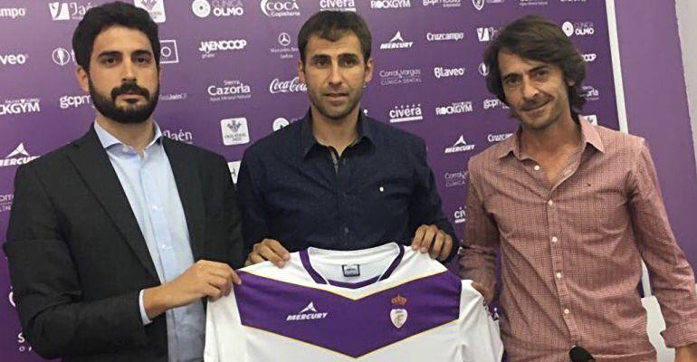 Valenciano (centro) el día de su presentación como entrenador del Real Jaén.