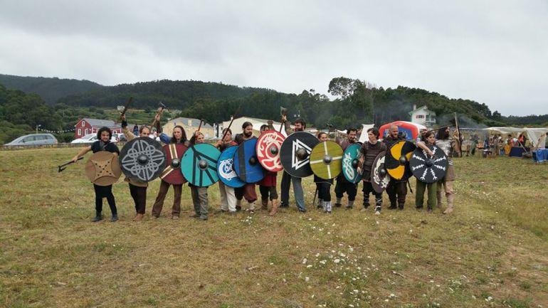 Participantes en la primera edición de A Romaxe Viquinga en la playa de San Román,O Vicedo.