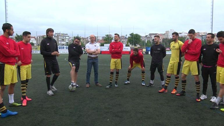 Patxi Salinas dando la charla táctica a sus jugadores en el Rápido de Bouzas