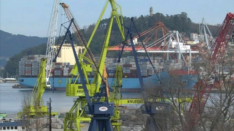 Gruas paradas en el puerto de Vigo durante una huelga de estibadores.