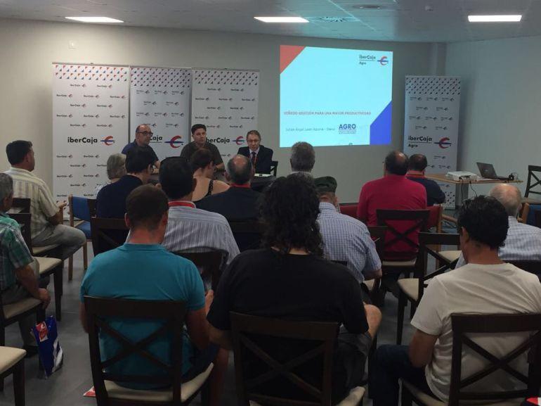 Participantes y ponentes en un momento de la jornada sobre productividad en el viñedo organizada por Ibercaja