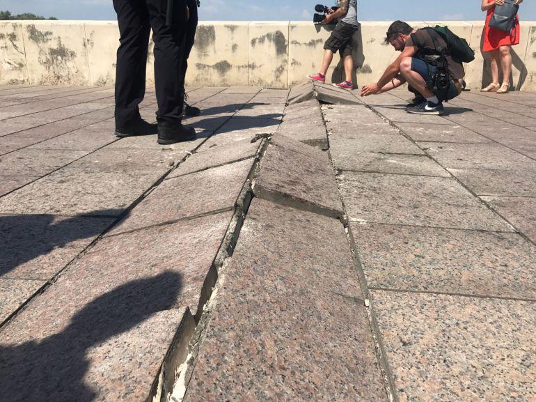Detalle del pavimento dañado por el calor en el Puente Romano