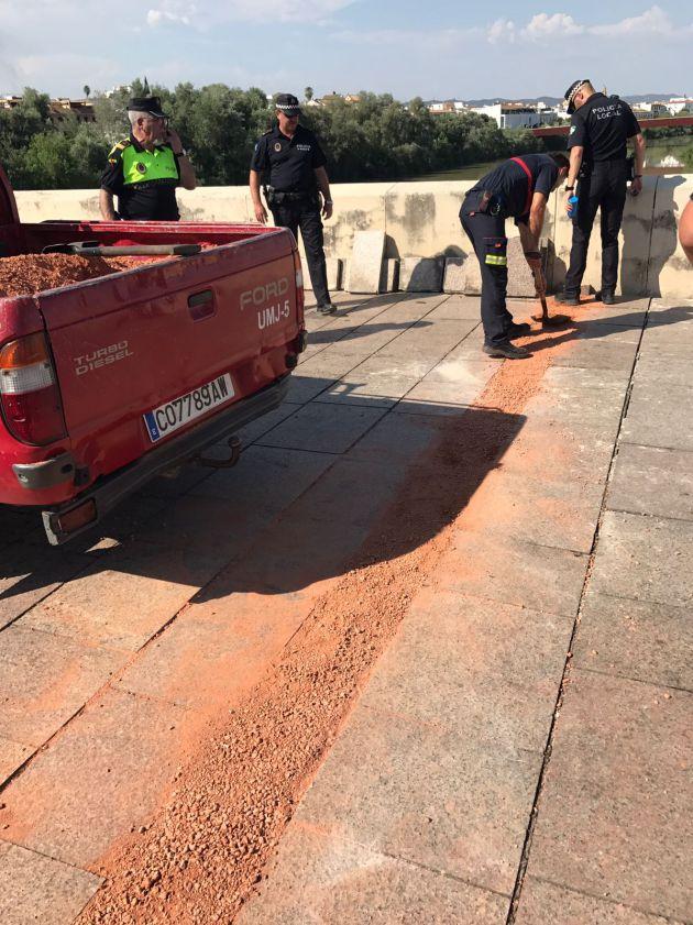 El calor daña el pavimento del Puente Romano