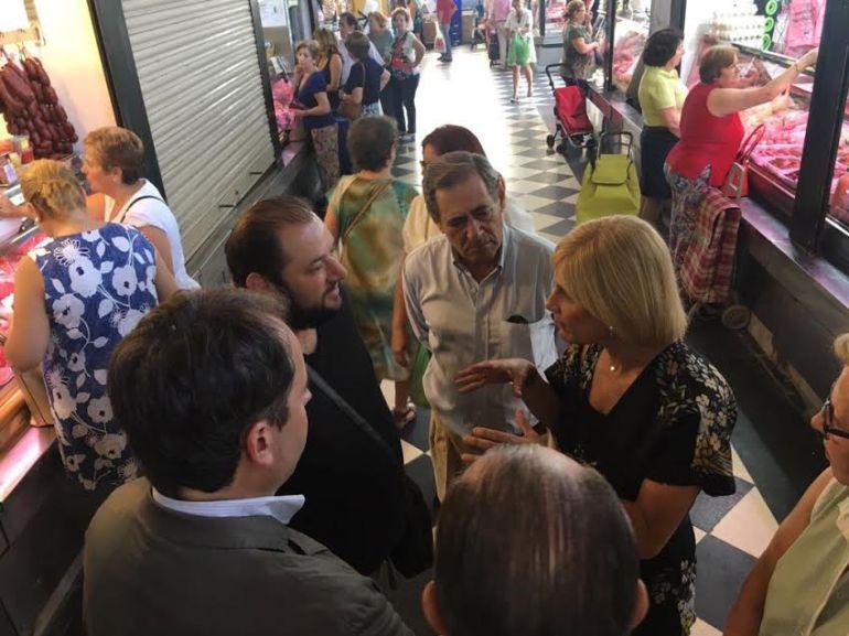 Maria José García Pelayo junto a varios compañeros de su partido en el Mercado