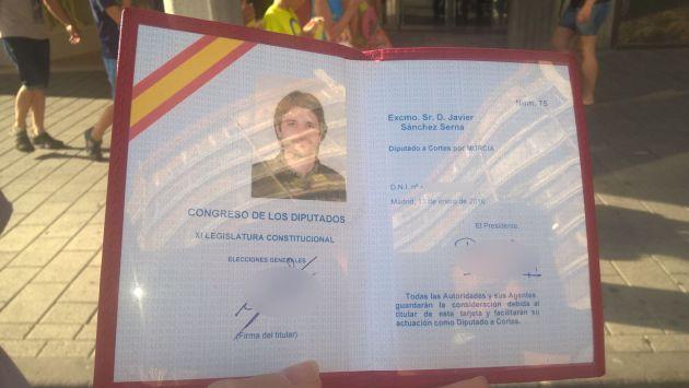 Esta es la acreditación de Javier Sánchez Serna como diputado nacional que el agente de la Policía Nacional no le ha aceptado como documento oficial