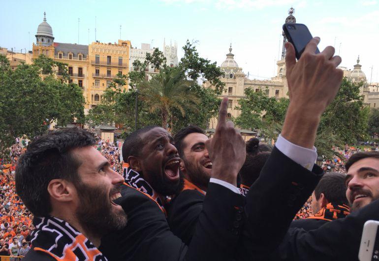 San Emeterio, Thomas, Sastre y Dubljevic se hacen un 'selfie' en el balcón del Ayuntamiento con la afición de fondo