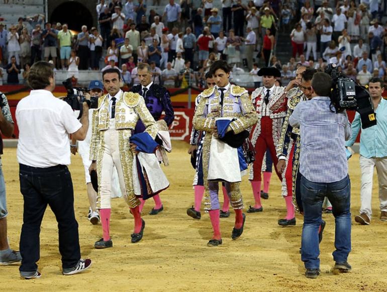La terna abandonó el ruedo a pie como signo de respeto a la muerte de Iván Fandiño, a pesar de haber cortado El Fandi y Roca Rey tres orejas