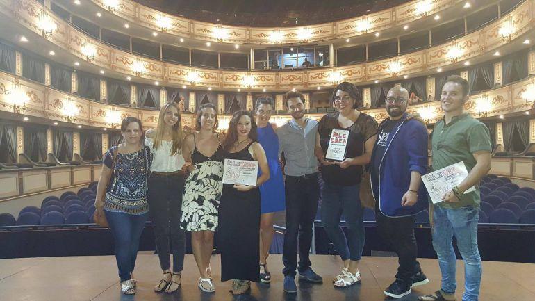 Tony Hidalgo Cascales ((4ª por la izquierda) muestra su premio en el teatro Cervantes de Málaga