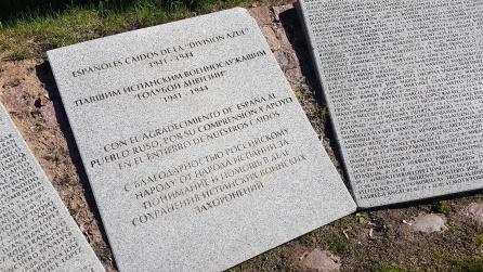 Placa en español y ruso colocada en 1997