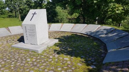 Las losas con los nombres de los españoles enterrados. A la derecha, una losa vacía. ¿Para los fallecidos españoles combatientes en el lado soviético? En 1997 se previó que acompañaran a sus compatriotas del otro bando
