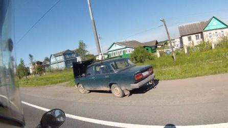 Un viejo Lada (De los que circulan a miles), averiado a un lado de la carretera.