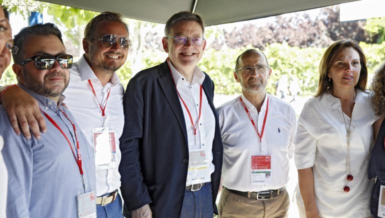 Puig posa hoy junto a miembros de su delegación antes de asistir a la proclamación de Pedro Sánchez como nuevo secretario general de los socialistas durante un acto con 8.000 afiliados y simpatizantes.