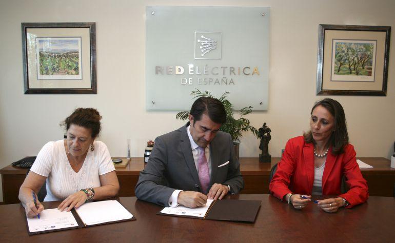 El consejero de Fomento firma con las directivas de REE