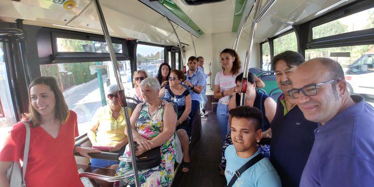 Políticos y ciudadanos en la línea K de los autobuses urbanos