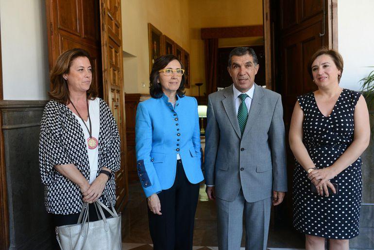 La consejera de Justicia (de azul claro) con el presidente del TSJA en Granada