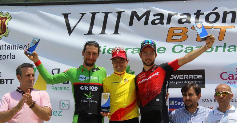José Luis Carrasco (centro) junto a los otros dos miembros del podium de la prueba celebrada en Cazorla.