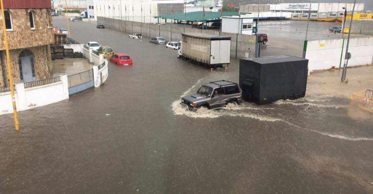 Calle del polígono de Martos inundada.