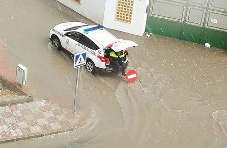 Un coche de la Policía Local de Martos en medio de la tormenta.