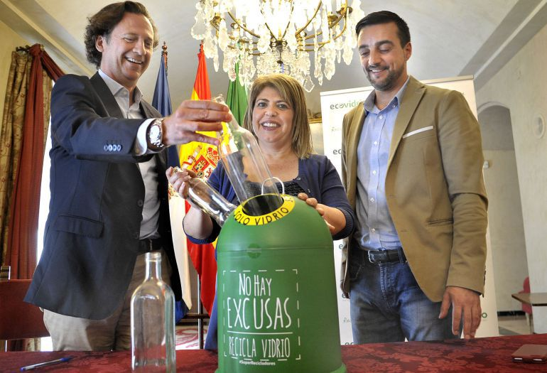 Imagen de la presentación del convenio entre el Ayuntamiento de Jerez y Ecovídrio