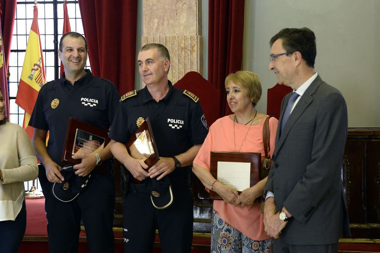 La vecina y los dos policias locales que alertaron sobre la caida del ficus recibieron ayer el homenaje de la ciudad, en el salón de plenos, con la presencia del alcalde Ballesta