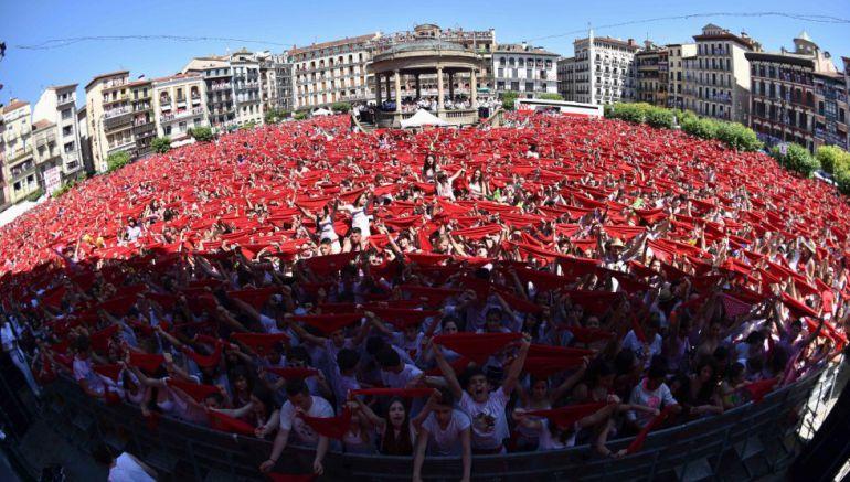 Miles de personas festejan con sus pañuelos alzados el inicio de las fiestas de San Fermín 2016 tras el lanzamiento del tradicional chupinazo desde el balcón del Ayuntamiento de Pamplona